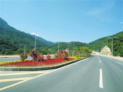 海榆东线海棠湾至亚龙湾段道路绿化工程加紧推进.赵庆山 摄